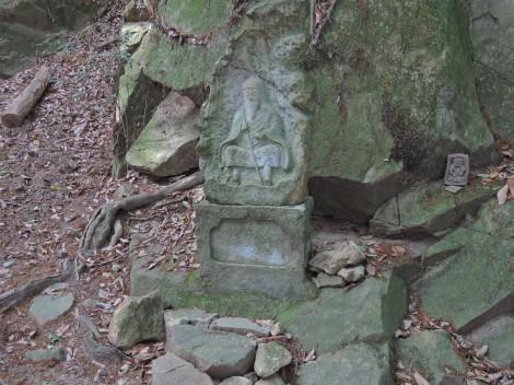 五峰山光明寺をハイキング 役行者の石像