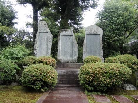 音羽山 清水寺 塔頭である成就院の第24世住職・月照上人と、実弟であり同25世住職の信海上人の歌碑、西郷隆盛公の弔詞碑です。兄