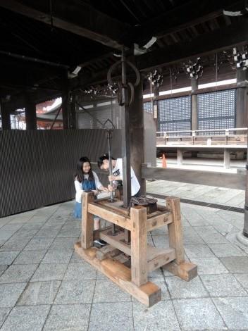 音羽山 清水寺 鉄の錫杖(てつしゃくじょう)と高下駄